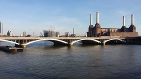 Bro över Themsen arkivbilder
