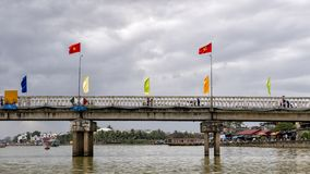 Bro över Thu Bon River i Hoi An, Vietnam arkivfoto