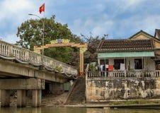 Bro över Thu Bon River med den vietnamesiska flaggan och garnering som firar Tet 2019, Hoi An, Vietnam royaltyfria bilder
