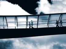 bro över till gå arbete arkivbilder