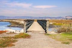 Bro över träsken av östliga San Francisco Bay, Hayward, Kalifornien royaltyfri foto