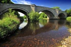 bro över utslagsplatser Arkivfoto