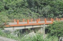 Bro över varmvattenfloden royaltyfria bilder