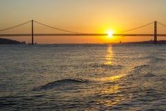 Bro över vatten på solnedgången royaltyfria bilder