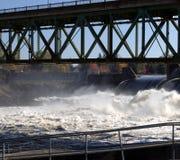 bro över vattenfall arkivbild