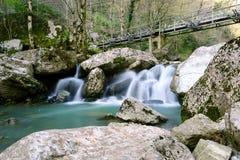 Bro över vattenfallet Royaltyfri Foto