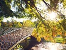 Bro över vattnet i varmt solljus arkivbilder