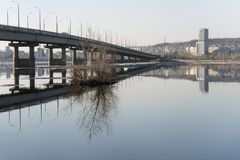 Bro över Volgaen royaltyfria bilder