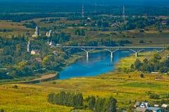 Bro över Volgaet River i den forntida ryska staden Arkivfoto