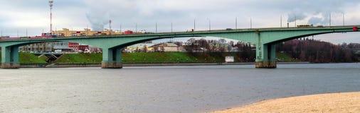Bro över Volgaet River i Yaroslavl arkivfoto