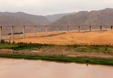 Bro över Yellow River Huang He i den Tengger öknen, Shapotou, Kina arkivbilder