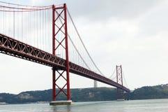 Bro 25 av April i Lisbon (Portugal) Arkivfoto
