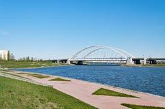 Bro Arkhar över den Ishim floden i Astana arkivfoto