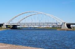 Bro Arkhar över den Ishim floden i Astana royaltyfria bilder