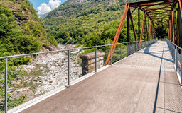 Bro av den Vallemaggia rutten i kantonen av Ticino i Schweiz Royaltyfri Fotografi