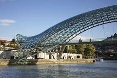 Bro av fred över floden Kura i Tbilisi georgia Royaltyfri Fotografi
