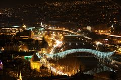 Bro av fred i Tbilisi, nattsikt Royaltyfri Bild