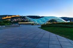 Bro av fred på natten i Tibilisi, Georgia royaltyfria foton