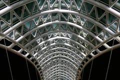 Bro av fred Stål- och exponeringsglaskonstruktion Fotografering för Bildbyråer