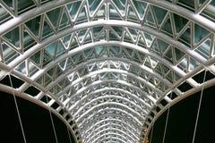 Bro av fred Stål- och exponeringsglaskonstruktion Arkivbilder