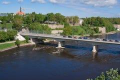 Bro av kamratskap med den fot- tunnelen över den Narova floden mellan Narva i Estland och Ivangorod i Ryssland arkivbild