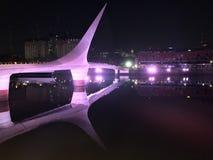 Bro av kvinnan, reflexion i floden på natten fotografering för bildbyråer