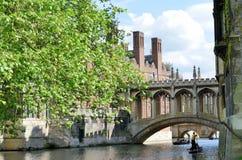 Bro av Sighs över flodkammen Cambridge England med båtstakaren Arkivfoto