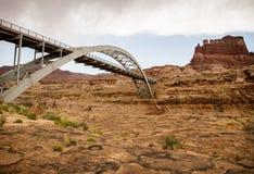 bro colorado över floden Arkivfoton