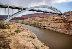 bro colorado över floden Royaltyfri Bild