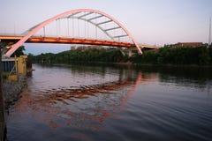 Bro Cumberland River Nashville Tennessee för KoranenveteranBlvd Arkivbilder