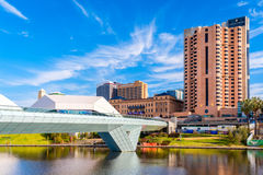 Bro för Adelaide stadsfot och interkontinentalt hotell Fotografering för Bildbyråer