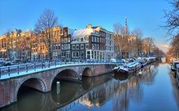 Bro för Amsterdam morgonkanal Arkivbilder