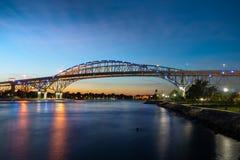 Bro för blått vatten på solnedgången arkivfoton