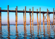 Bro för broU-Bein teakträ Royaltyfri Foto