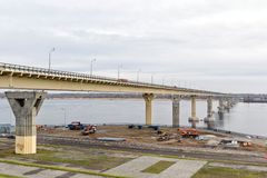 Bro för `-dans` till och med Volgaet River med nya ledde kulöra ljus under dagen i molnigt väder Royaltyfria Bilder