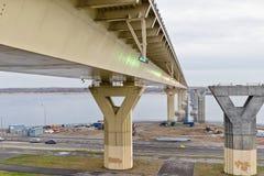 Bro för `-dans` till och med Volgaet River med nya ledde kulöra ljus under dagen i molnigt väder Royaltyfri Foto