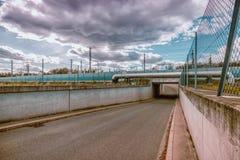Bro för drev på vägen naturgasrörledning över vägen Arkivbild