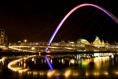 Bro 2001 för Gateshead milleniumlutande på natten, Newcastle på Tyne Royaltyfria Foton