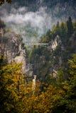 Bro för höstsiktsMarienbrucke Queen Mary ` s i fjällängberg Hohenschwangau Bayern, Tyskland fotografering för bildbyråer