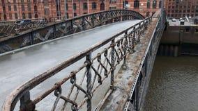 Bro för Hamburg gammal lagerområde arkivbilder