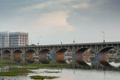 Bro för huvudväg 85 över den Vaigai floden i Madurai Arkivfoto