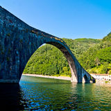 Bro för jäkel` s eller bron av Maddalenaen i Tuscany royaltyfria bilder
