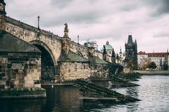 Bro för konung Charles i Prague på regnig dag Royaltyfria Bilder