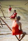 BRO FÖR LAOS LUANG PRABANG NAM KHAN FLODBAMBU Fotografering för Bildbyråer