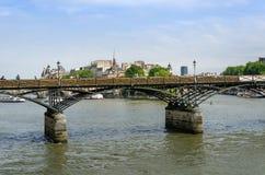 Bro för Pont des Arts eller Passerelle des-konster över floden Seine I Royaltyfria Bilder