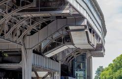 Bro för stålgrå färger över vatten Arkivfoto
