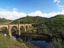 Bro för Trajan ` s Alcantara Spanien För mer än 1.000 år var det den längsta ärke- bron i båda slutsumma och spännviddlängd royaltyfri foto