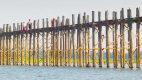 Bro för U Bein över Taungthaman sjön 1 för 8km apameacolonnade long longest roman för standing syria fortfarande värld den 2 km b stock video