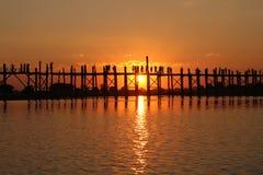 Bro för U Bein | Mandalay Myanmar Royaltyfri Fotografi