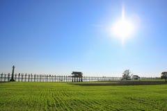 Bro för U Bein med sunbursten och blå himmel, Amarapura, Myanmar Royaltyfri Bild